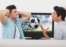 Amis déçus tout en observant le match de football à la télévision Photos stock