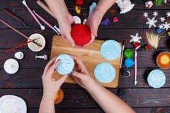 Amis décorant les petits gâteaux, vue d'en haut Culinaire de famille Photo libre de droits