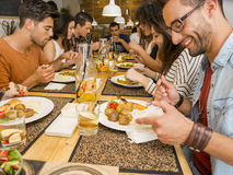 Amis déjeunant au restaurant Image stock