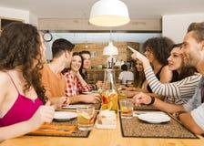 Amis déjeunant au restaurant Photographie stock libre de droits