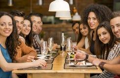 Amis déjeunant au restaurant Images libres de droits