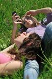 Amis détendant à l'extérieur en nature Photo stock
