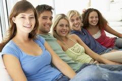 Amis détendant à la maison Photo libre de droits