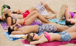 Amis détendant à la plage sablonneuse Image stock