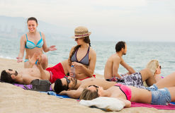 Amis détendant à la plage sablonneuse Photo libre de droits