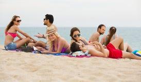 Amis détendant à la plage sablonneuse Image libre de droits