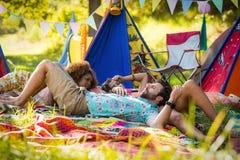 Amis détendant au terrain de camping Photographie stock