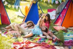 Amis détendant au terrain de camping Images libres de droits