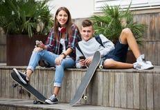 Amis détendant avec des téléphones portables Images stock