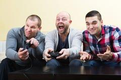 Amis détendant avec le jeu vidéo Image stock