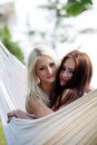 Amis détendant dans l'hamac Photographie stock