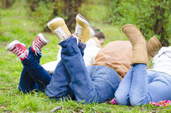 Amis détendant dans la forêt Images libres de droits