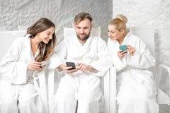 Amis détendant dans la salle de sel Photo libre de droits
