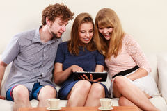 Amis détendant l'Internet de lecture rapide sur le comprimé Images libres de droits