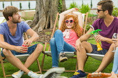 Amis détendant sur des chaises longues Images stock