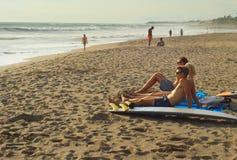 Amis détendant sur la plage Images stock