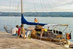 Amis détendant sur le bateau au port dans Omis Images stock