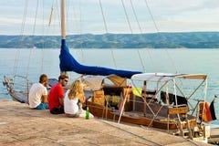Amis détendant sur le bateau au port Omis Images stock