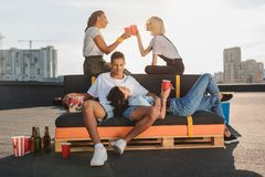 Amis détendant sur le toit Photo libre de droits