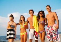 Amis détendant sur une plage Image stock