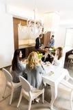 Amis dînant à la maison Image stock