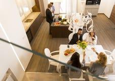 Amis dînant à la maison Photo libre de droits