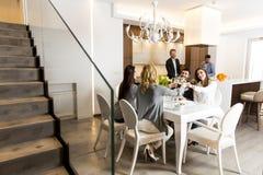 Amis dînant à la maison Images stock