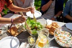 Amis dînant à la réception en plein air d'été Photographie stock