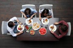 Amis dînant Images libres de droits