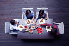 Amis dînant Photographie stock