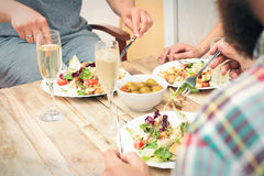 Amis dînant Photos libres de droits
