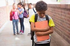 Amis d'élèves taquinant seul un élève Photos libres de droits