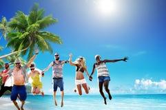 Amis d'été de plage sautant le concept de bonheur Image libre de droits