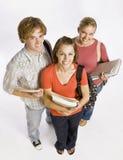 Amis d'étudiant portant des sacs et des livres Image stock