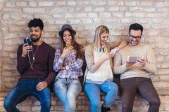 Amis d'étudiants de diversité employant le concept de dispositifs de Digital image libre de droits