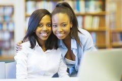 Amis d'étudiants universitaires Images stock