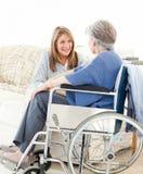 Amis d'aînés parlant ensemble Image stock