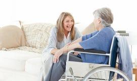 Amis d'aînés parlant ensemble Images stock