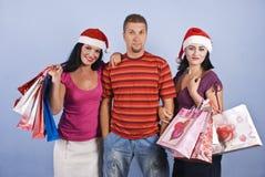 Amis d'achats avec des sacs de Noël Photo stock