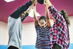 Amis d'activité jouant le concept de ping-pong Photographie stock
