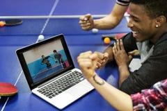 Amis d'activité jouant le concept de Tabletennis Image libre de droits