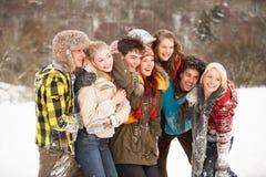 Amis d'adolescent ayant l'amusement dans la neige Photos stock