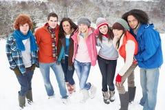 Amis d'adolescent ayant l'amusement dans la neige Photo libre de droits