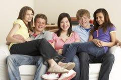 Amis d'adolescent détendant à la maison Photo stock