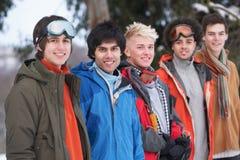 Amis d'adolescent dans l'horizontal de l'hiver de Milou Images libres de droits
