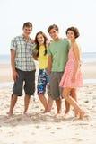 Amis d'adolescent ensemble sur la plage Image libre de droits