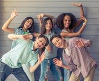 Amis d'adolescent heureux Images libres de droits