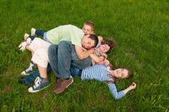 Amis d'adolescent heureux ayant l'amusement dans l'herbe Image libre de droits