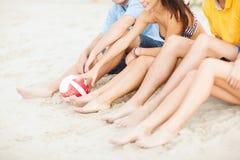 Amis d'adolescent ou équipe de volleyball ayant l'amusement Image stock