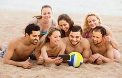 Amis d'adultes faisant le selfie en mer Photo stock